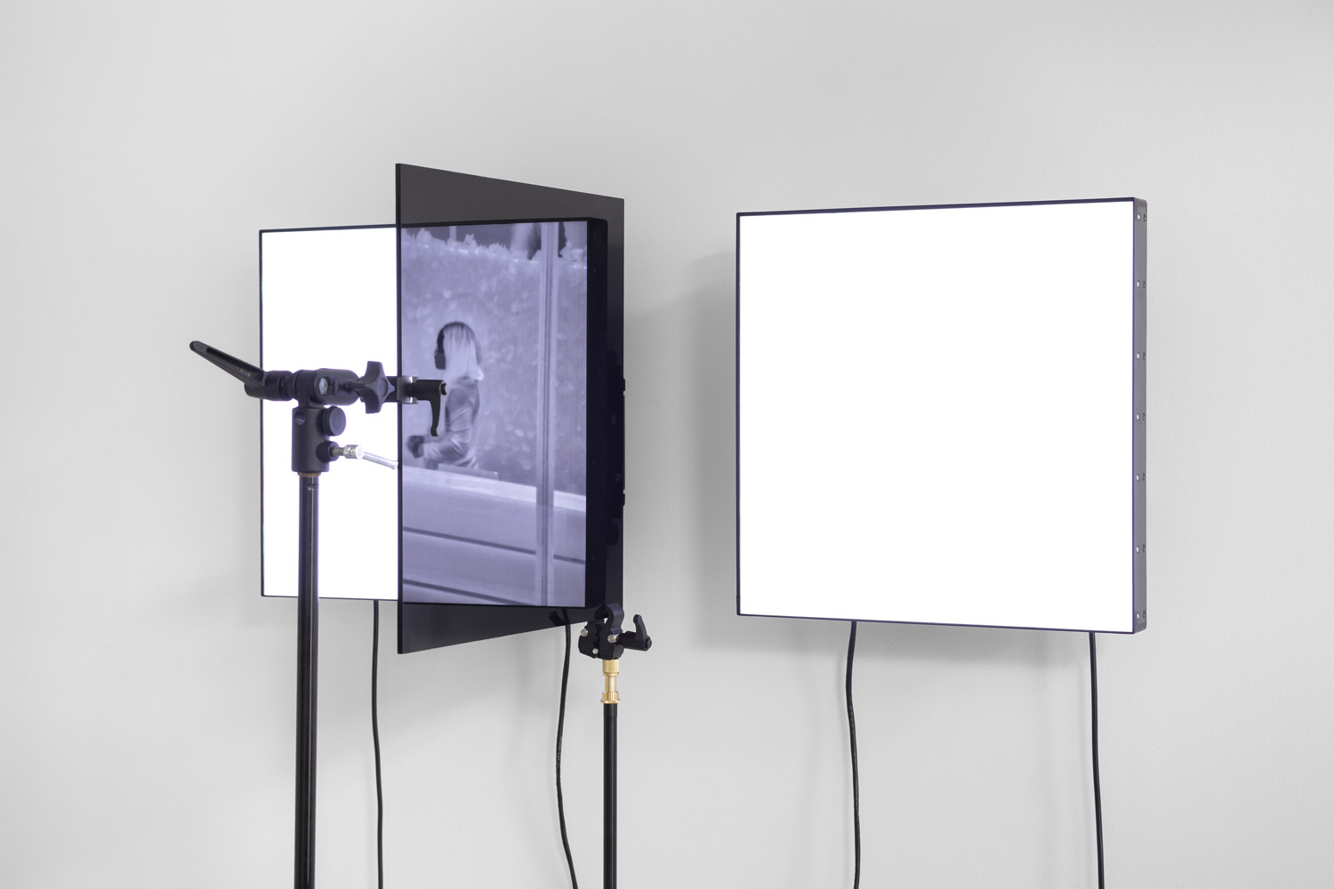 VideoSculpture XXI (Vegas), 2019. 2 Manipulated LCD screens, 2 Tripods, Plexiglass, cables, HD Video (15 minute loop). 181 x 96 x 75 cm. Courtesy Emmanuel Van Der Auwera and Harlan Levey Projects Gallery (Brussels).